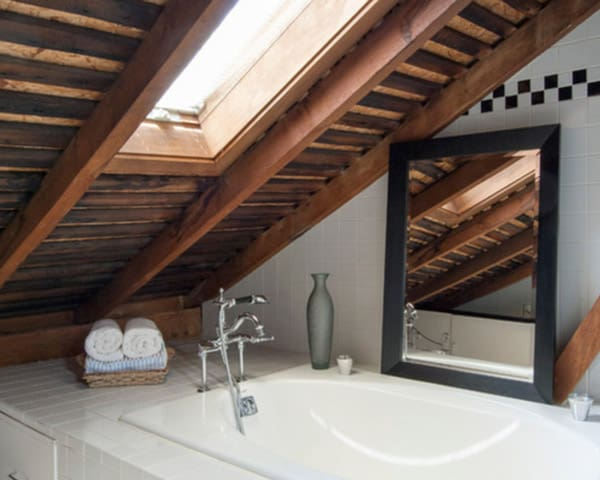 Bathtub-near-the-ceiling