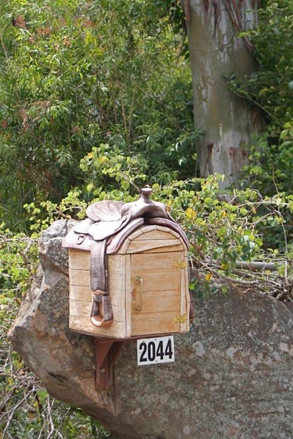 Saddle-mailbox