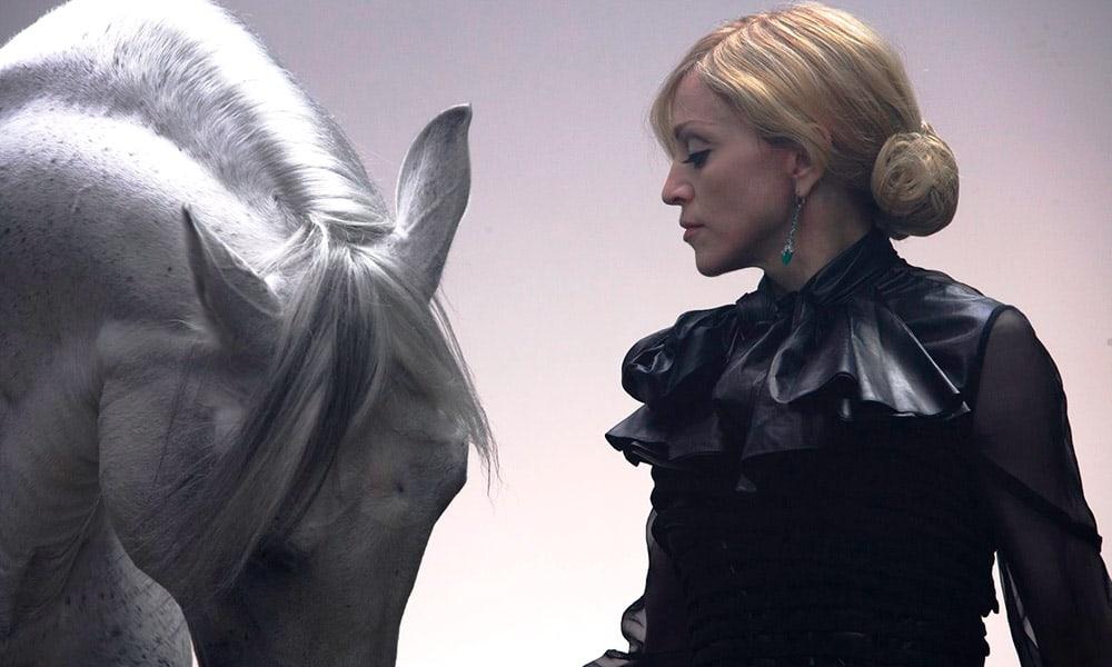 photo madonna white horse