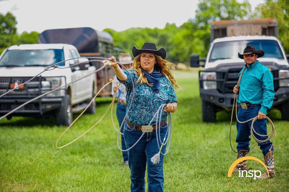 tara powers roping in grass cowgirl magazine